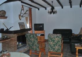 Salón con chimenea y TV