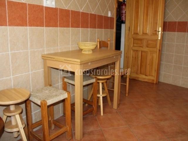 Cocina con mesa auxiliar de madera