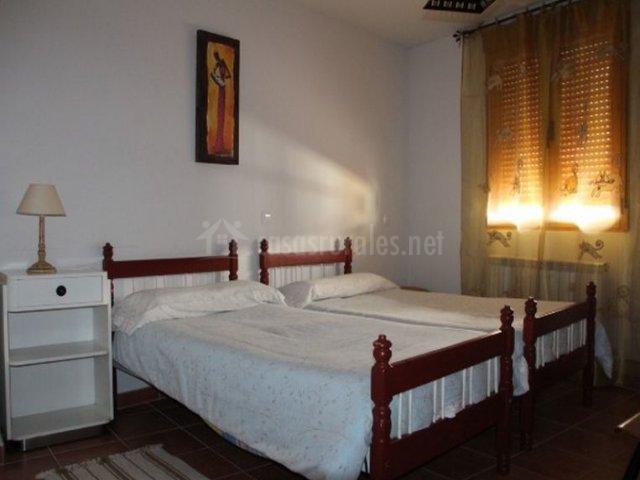 Dormitorio con camas individuales en blanco