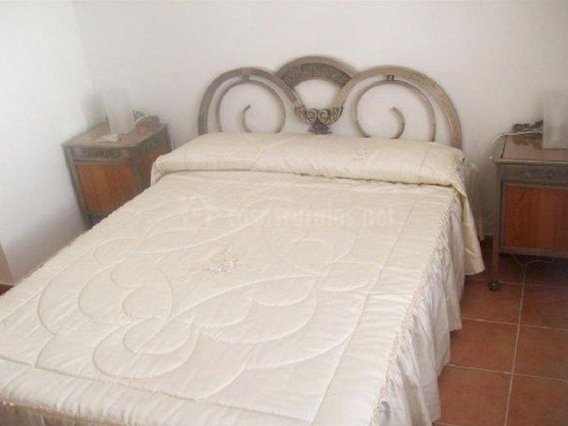 Dormitorio de matrimonio en blanco con mesillas