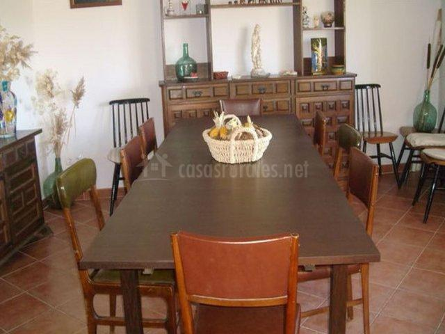 Salón comedor con mesa y sillas