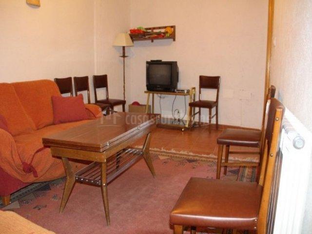 Salón pequeño con televisor