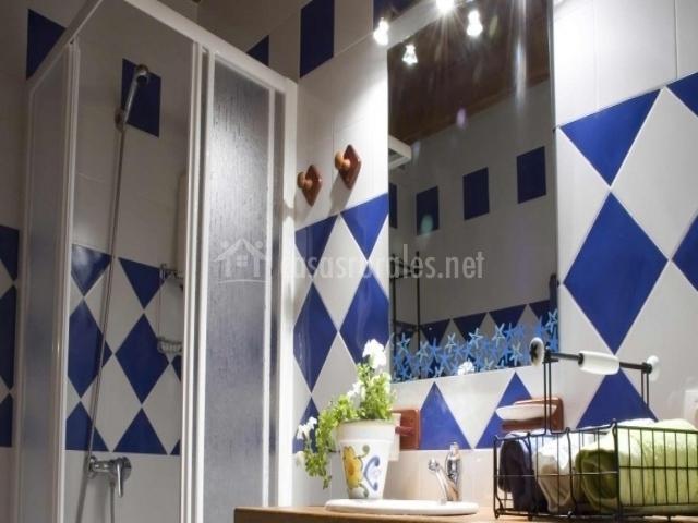 La portada del medievo en javierregay huesca - Banos en azul y blanco ...