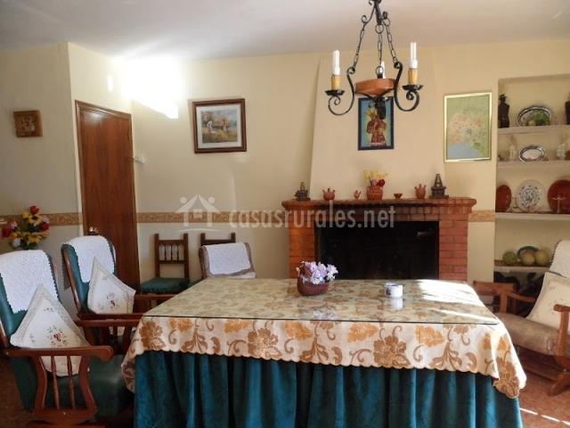 Mesa con sillones y chimenea