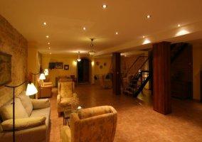 Sala común con televisión y chimenea