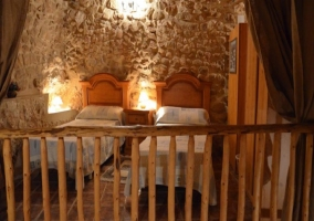 Dormitorio de matrimonio con barandilla