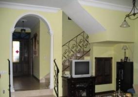 Sala de estar con cuadros y sillones azules
