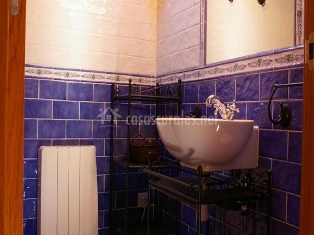 Casa villamana i en oto huesca for Muebles de bano azul