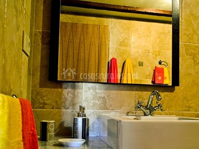 Lavabo con toallero al lado