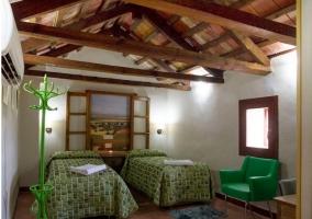 Dormitorio doble con camas individuales y ventana pintada