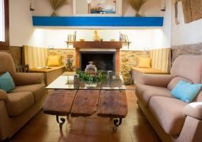 04 Salon con chiimenea y mesa
