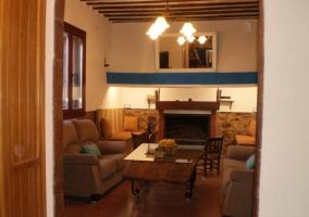 Salón con chimenea y piedra