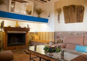 Salón con chimenea y decorado con madera antigua