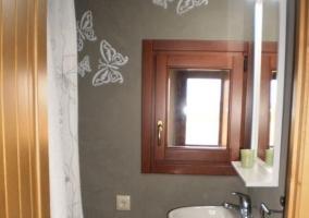 Baño en gris decorado con mariposas