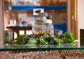 Detalle de la mesa del salón con jarra de frutos secos