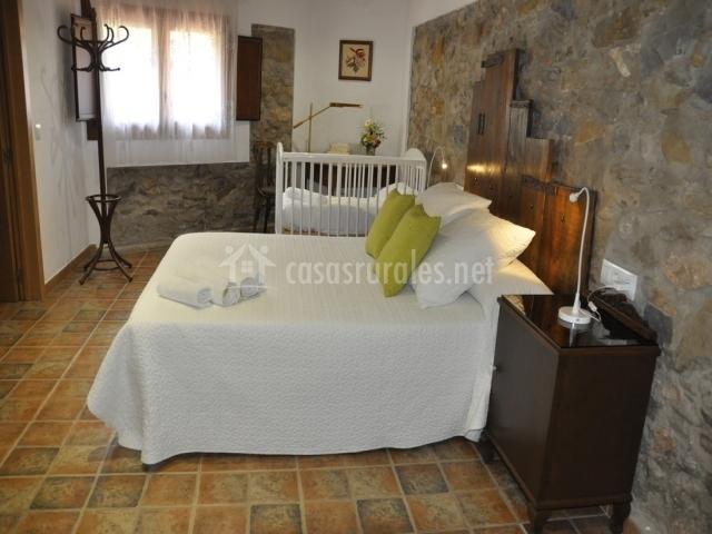 Habitación muy amplia con cama matrimonial y cuna