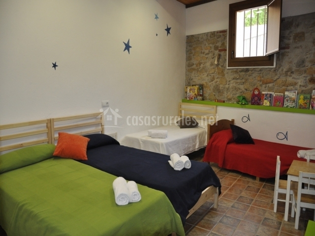 Habitación para niños con 4 camas