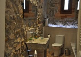 Baño en piedra en beige y blanco