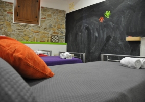 Cuarto de los ideal para niños con pared de pizarra para dibujar