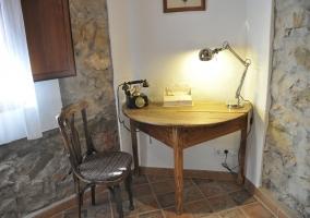 Mesa con teléfono antiguo en una esquina habitación principal