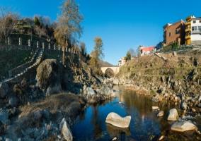 Puente sobre el río a  las afueras del pueblo