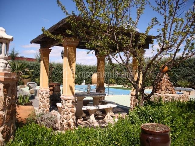 Casa rural el patas en urda toledo for Cenador de jardin