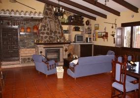Salon con sofas y television