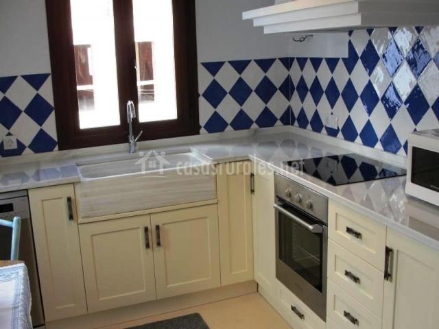La casa del m sico en terque almer a - Cocina blanca y azul ...