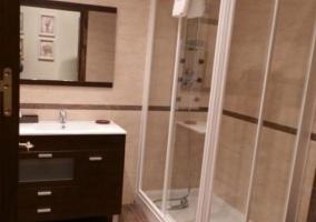 Aseo con amplia ducha y mueble