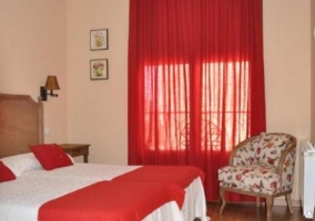Dormitorio doble en tonos rojos