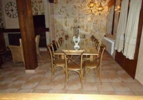 Salón comedor con mesa de madera y lámparas