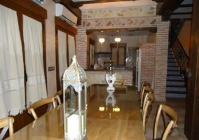 Salón comedor con mesa frente a la cocina