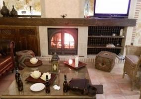 Salón con mesa auxiliar y detalles árabes