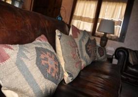 Salón con sofás junto a la ventana