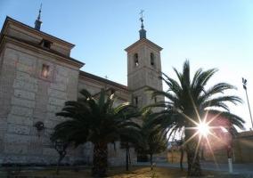 Zona centro de la población con iglesia