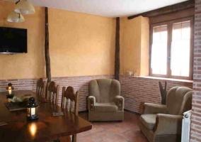 Salón con pared natural