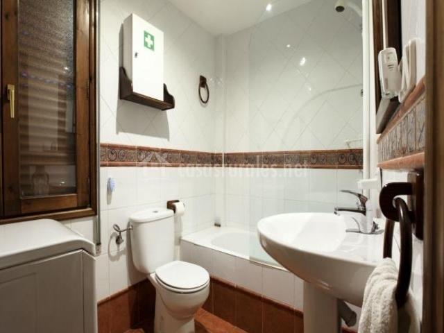 Aseo con bañera, botiquín y lavabo