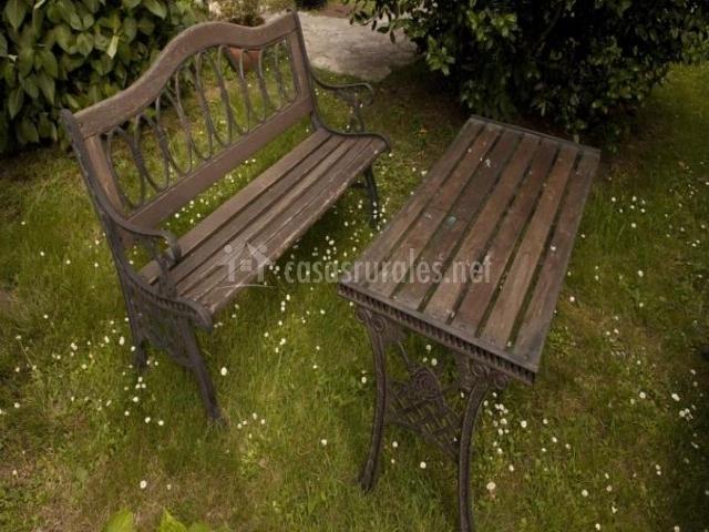 Banco y mesa en el jardín del alojamiento