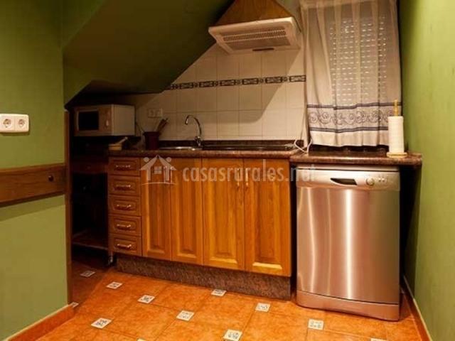 Encimera de la cocina con muebles y lavavajillas