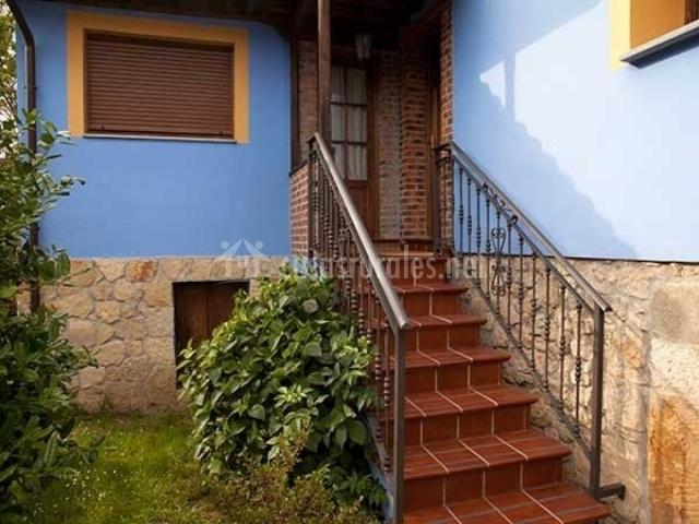 Casa la huerta casas rurales en mestas de con asturias for Escaleras entrada casa