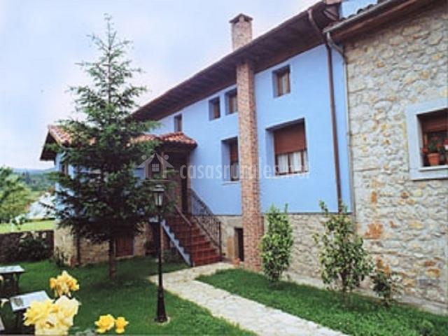 Vista exterior del edificio con entrada y fachada azul