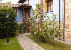 Jardín y entrada de la casa  con plantas