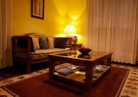 Salón con sillón y mesa baja iluminado