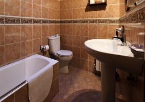 Aseo con lavabo, inodoro y bañera