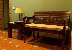 Banco acolchado con mesa pequeña y lámpara