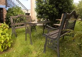 Bancos de exterior y mesa en el jardín de la casa