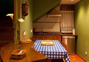 Cocina con barra americana y mesa de comedor
