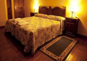 Dormitorio con camas individuales y mesillas
