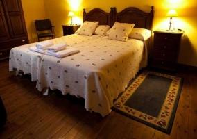 Dormitorio con dos camas individuales y armario