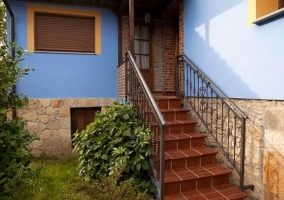 Entrada a la casa con escaleras y plantas